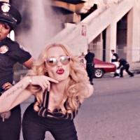 """Iggy Azalea tenta salvar o boy bandido em novo clipe """"Trouble"""" com Jennifer Hudson"""