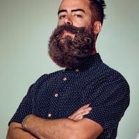 """Campanha de barbeador compara barbas grandes com animais selvagens e pede: """"Liberte Sua Pele"""""""