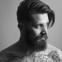 Pra ficar na moda: Coque alto + barba